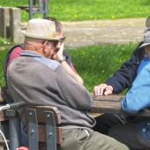 Ancianos jugando al dominó