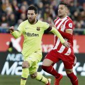 Leo Messi conduce el balón ante el jugador Álex Granell