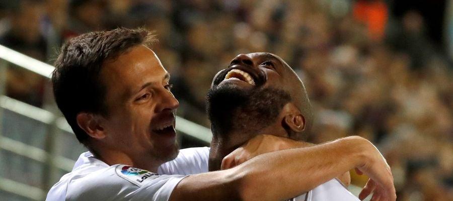 El jugador francés del Getafe, Dimitri Foulquier, celebra con su compañero Nemanja Maksimovic