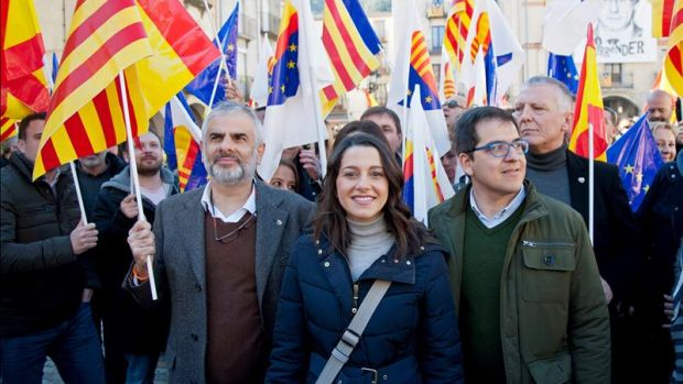 Arrimadas visita el pueblo de Puigdemont y critica a PP y PSOE por dialogar con los independentistas