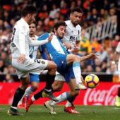 Los jugadores del Valencia, Sobrino y Coquelin, luchan el balón con el del Espanyol, Esteban Granero