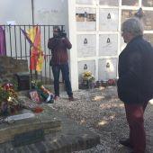Ian Gibson ante la tumba de Machado