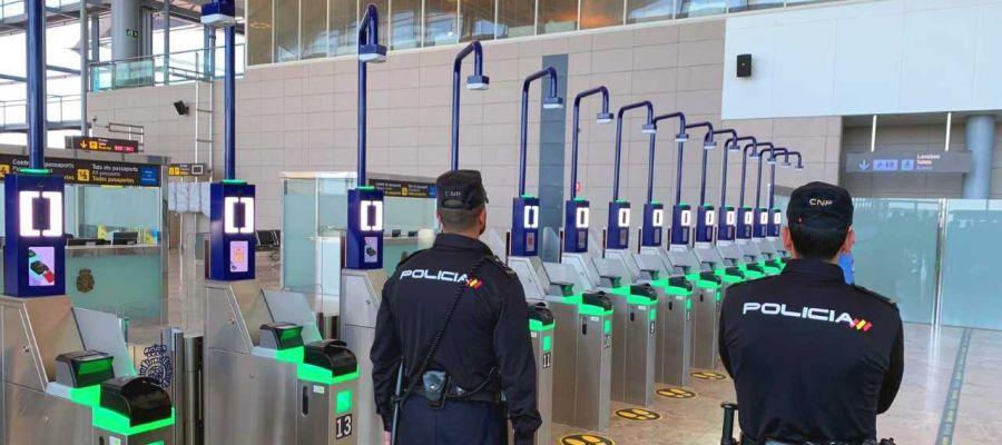 Agentes de la Policía Nacional del Puesto Fronterizo del Aeropuerto de Alicante-Elche