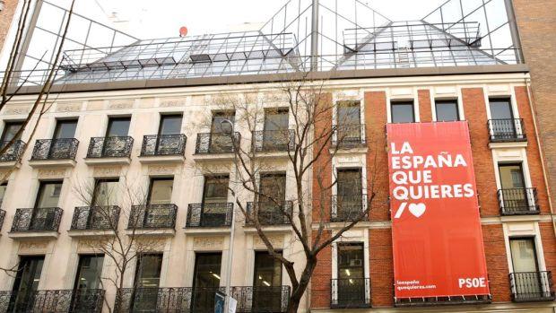 """Ferraz cuelga un cartel en su fachada con el lema """"La España que quieres"""""""