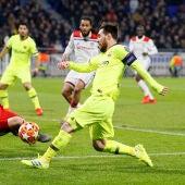 Leo Messi trata de superar a Anthony Lopes