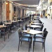 Mesas y sillas en la calle Hospital de Elche