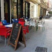 Terraza de mesas y sillas en la calle Hospital de Elche