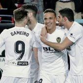 Rodrigo celebra con sus compañeros su gol con el Valencia