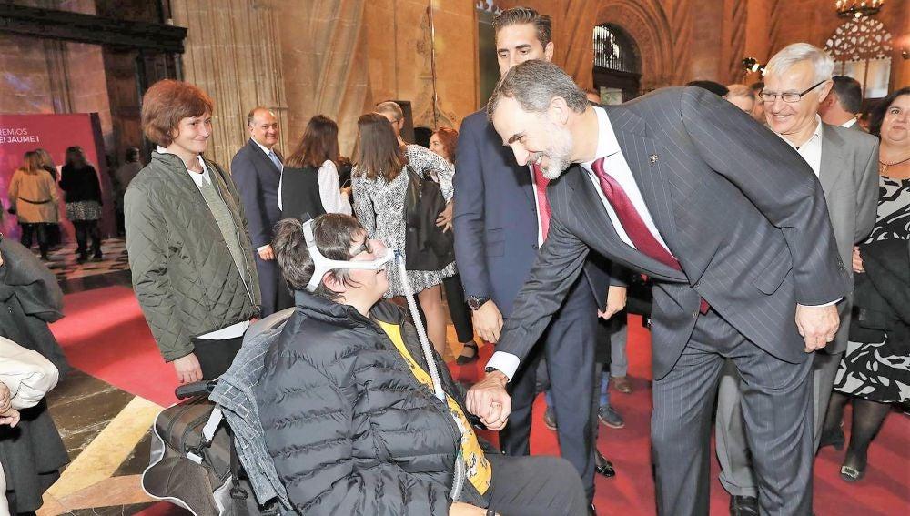 Nieves García, presidenta de la Asociación Valenciana de Esclerosis Lateral Amiotrófica en los Premios Jaume I con el rey Felipe VI