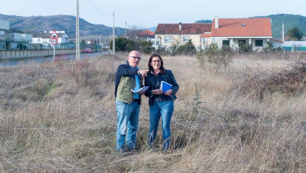 Manuel Baltar e Ana Villarino visitando os terreos
