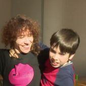 Imagen de una profesora de danza junto a un niño con autismo en una clase de danza