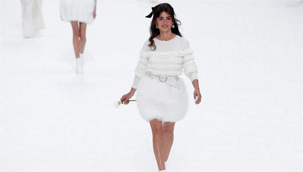La actriz Penélope Cruz homenaje a Karl Lagerfeld desfilando para Chanel