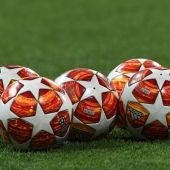 Los balones de la Champions, listos sobre el césped