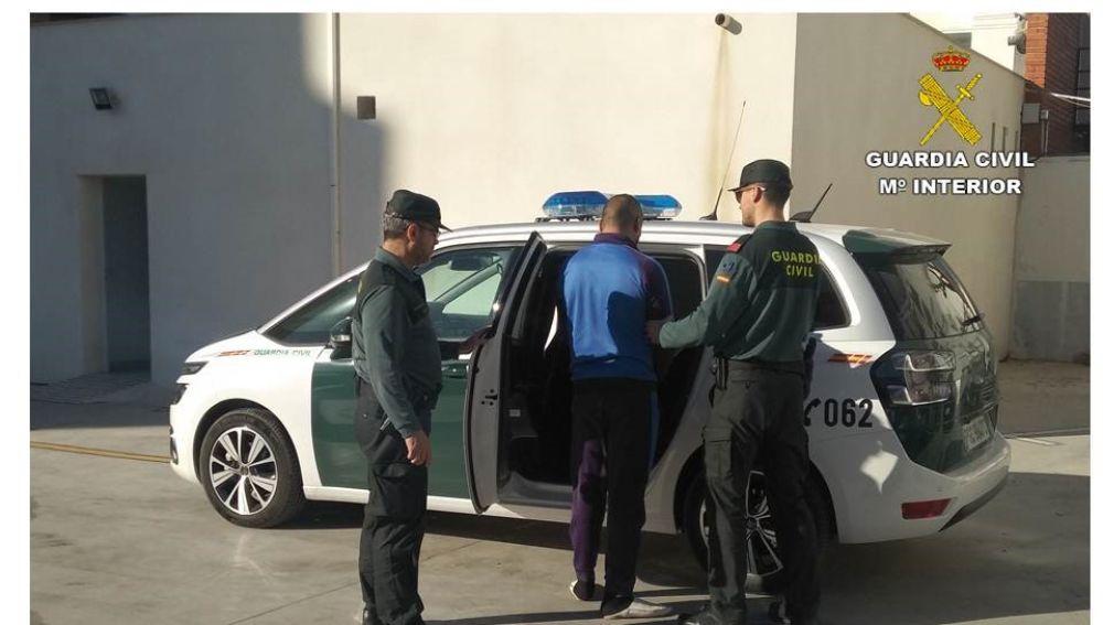 Agentes de la Guardia Civil con el detenido en Crevillent