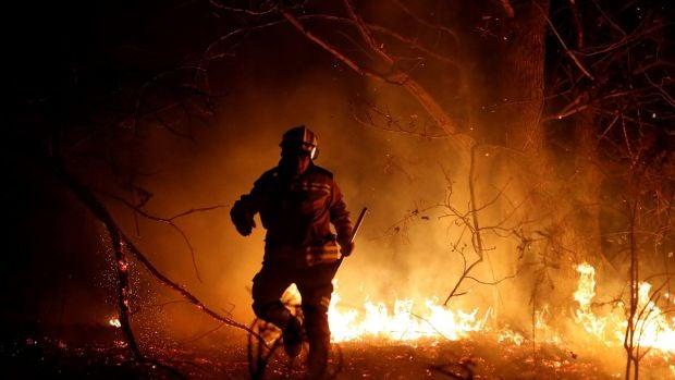 Imagen de un bombero en las labores de extinción de los fuegos en Asturias