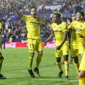 La plantilla del Villarreal celebra la victoria en Valencia.