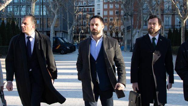 "Las preguntas de Amón: ""Vox ficha a cuatro ex generales. ¿Qué va a hacer Abascal, invadir Marruecos?"""