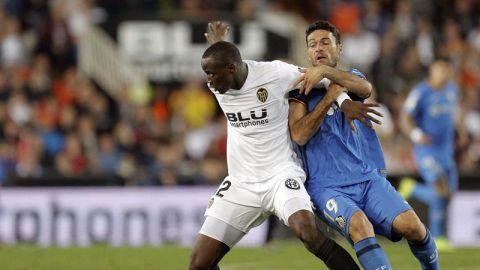 El defensa del Valencia Mouctar Diakhaby  y el delantero del Getafe Jorge Molina