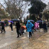 Ciudadanos bajo la lluvia en el centro de Palma.