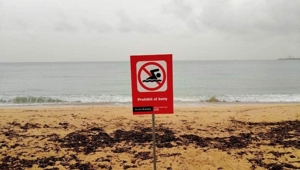 Señal que prohíbe el baño en la playa de Can Pere Antoni de Palma.