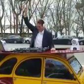 La peculiar forma de hacer campaña de Abel Caballero: se sube a un coche para hacer de DJ