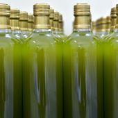 Imagen de archivo de botellas de aceite sin etiquetar.