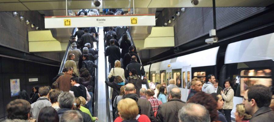 Numerosas personas son las que han utilizado el metro para desplazarse.