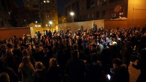Disturbios en Vallecas con fuego y lanzamiento de objetos frente a la casa del presunto asesino de un vecino