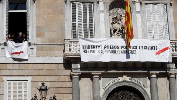 Pancarta con un lazo blanco en lugar de uno amarillo en la Generalitat