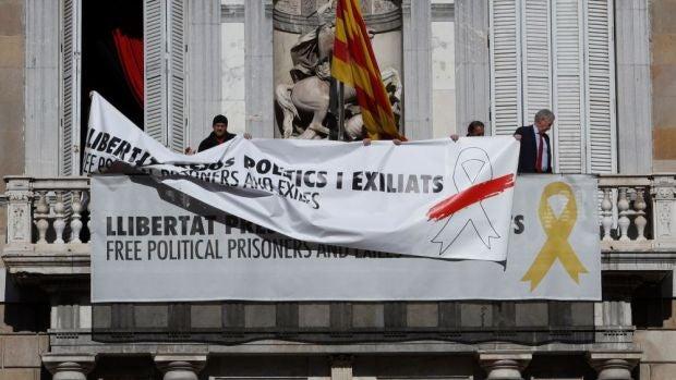 laSexta Noticias 14:00 (21-03-19) Torra sustituye la pancarta del lazo amarillo del Palau por una con un lazo blanco y una franja roja