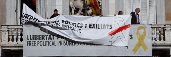 Torra tapa el lazo amarillo con uno blanco en la pancarta de la Generalitat