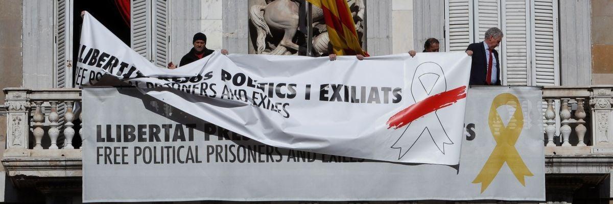 Torra cambia el lazo amarillo por uno blanco en la pancarta de la Generalitat