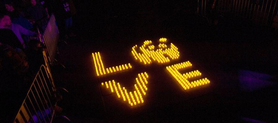 Mosaico de velas colocado en la calle Bailén de Madrid en la que se puede leer 'Love'