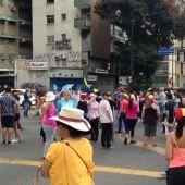 Un grupo de ciudadanos protesta en Caracas (Venezuela) por los apagones
