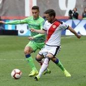 El jugador del Rayo Vallecano, Roberto Román disputa el balón con el jugador del Real Betis, Cristian Tello