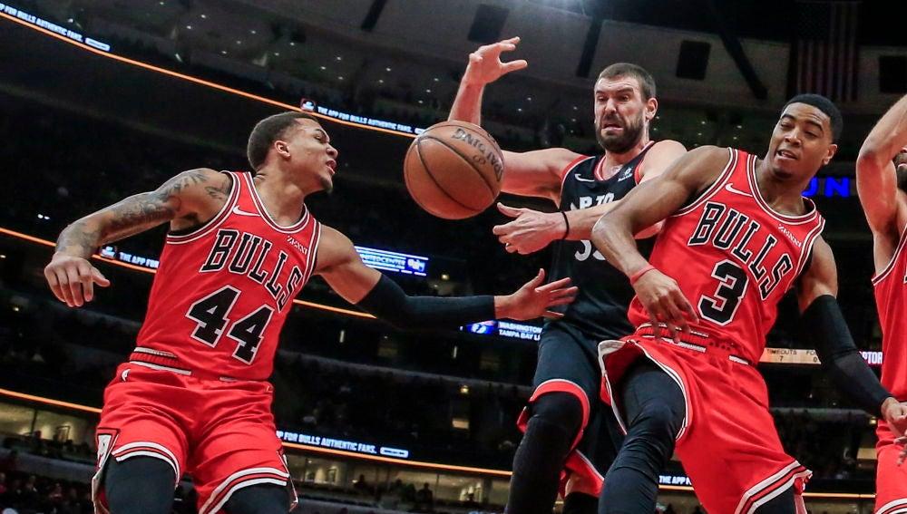 Marc Gasol pelea por un rebote contra los Bulls