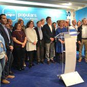 Mateu Isern acompañado de los miembros de la lista 'popular' al Ajuntament de Palma