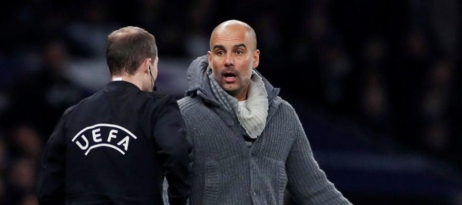 Guardiola comenta una acción con el cuarto árbitro