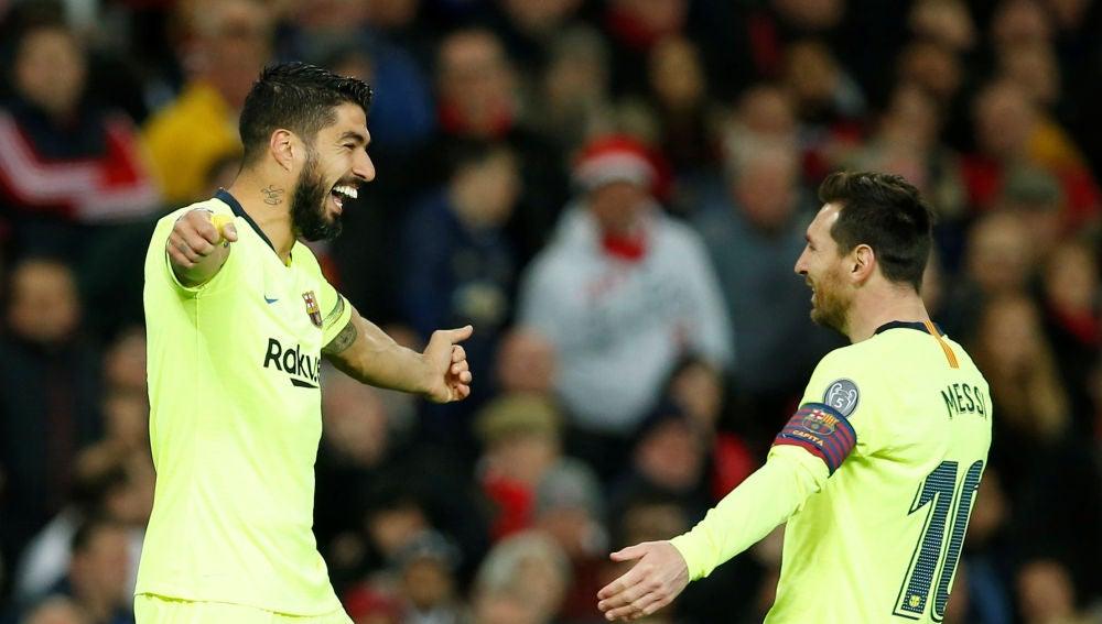 Luis Suárez y Leo Messi celebran un gol en Old Trafford