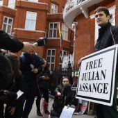 Periodistas y seguidores de Julian Assange, en las inmediaciones de la Embajada de Ecuador en Londres