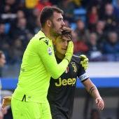 Emiliano Viviano consuela a Dybala