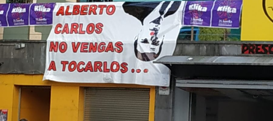 Carteles en Rentería dirigidos a Albert Rivera