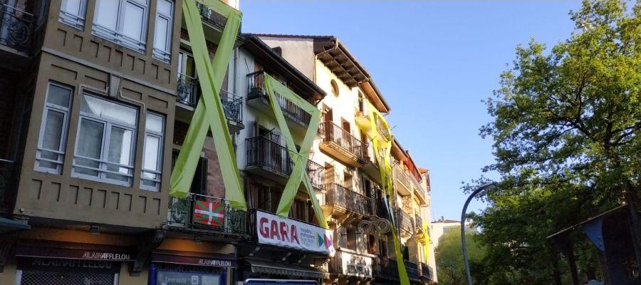 Edificios con lazos amarillos en Rentería