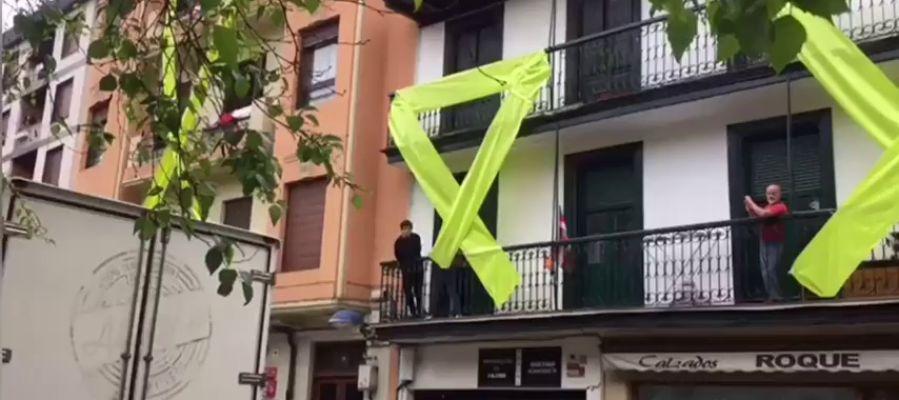 Colocan lazos gigantes amarillos y pancartas contra Rivera cerca de donde dará un mitin en Rentería