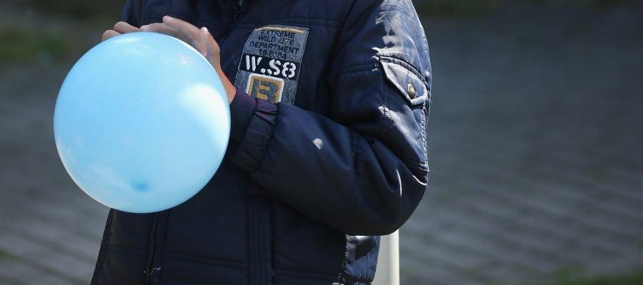 Un niño con un globo