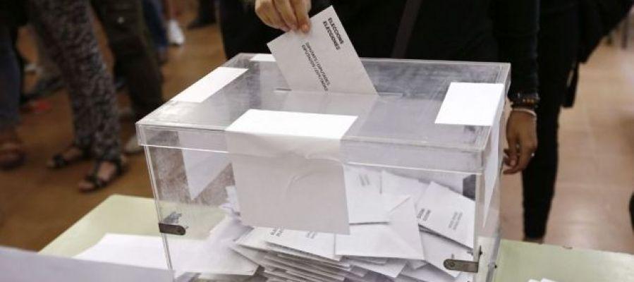 Votante durantes las últimas elecciones catalanas_643x397
