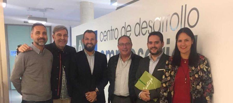 Integrantes de Contigo con representantes de AESEC.
