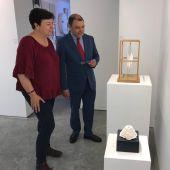 Cosme Bonet, candidato socialista al Senado, visitando una galería de arte