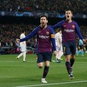 Messi y Coutinho festejan el gol del argentino al United
