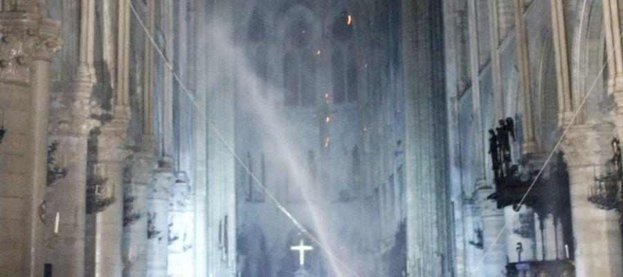 Vista interior de la catedral de Notre Dame tras el incendio